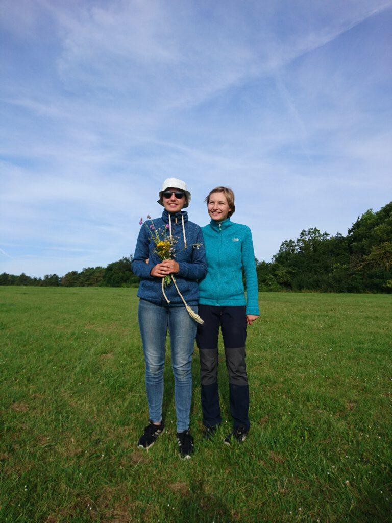Lenja gratuliert ihrer Schwester Belana zur A-Prüfung